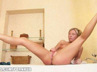 يلعب مرح شقراء في سن المراهقة جيسي البني مع الحمار في الحوض