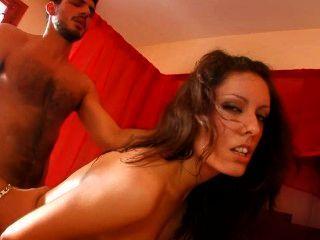 امرأة سمراء الأسبانية يحب الحمار إلى الفم