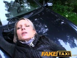 faketaxi ميلف الساخنة في أكثر من جنس غطاء محرك السيارة