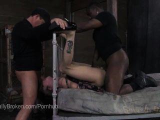 بوني وشم الساخنة مارس الجنس في عبودية فاسدة