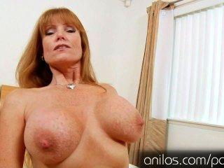 ناضجة أمي دارلا رافعات ضخمة الثدي وجمل جائع