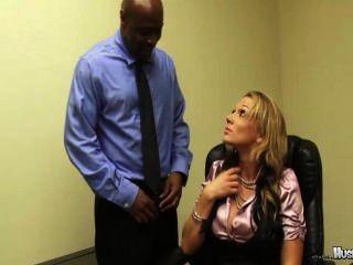 نيكي sexx ديه لها 2 كبير الموظفين الديك الأسود اللعنة لها للحفاظ على وظائفهم!