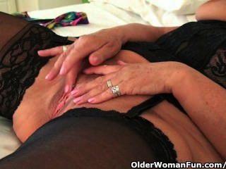 الجدة السمين مع كبير الثدي ترتدي جوارب سوداء ويستمني