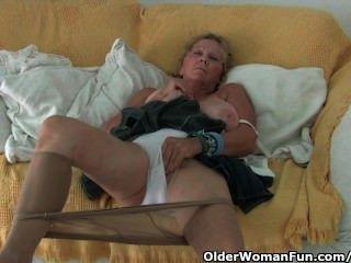 الجدة مع كبير الثدي يستمني في جوارب طويلة