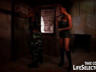 تحصل مارس الجنس اليتا المحيط على يد جندي في أعنف هلوسته.