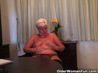 الجدة السمين في جوارب سوداء يستمني مع دسار