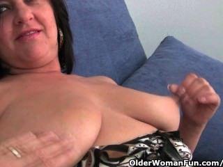 أمي ناضجة مع كبير الثدي والحمار الكبير يحصل على إصبع مارس الجنس