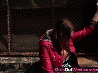 الفتيات خارج الغربي مثليه الجنس الساخن في الأماكن العامة
