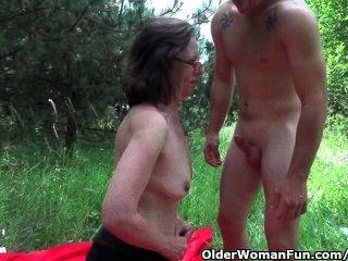 الجدة يحصل لها الأحمق غزا في الهواء الطلق