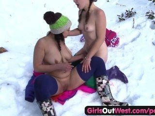 الفتيات على الخروج روزي شعر الغربي اصابع الاتهام في الثلوج