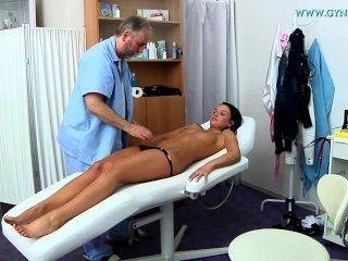 فريدا امتحان gyno ذهبت شابة فتاة سوداء الشعر إلى طبيب نسائي.