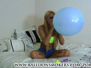 في سن المراهقة ضربات لموسيقى البوب البالونات في غرفة النوم