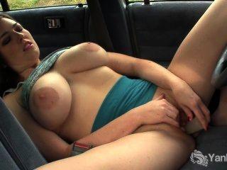مفلس لعبة العنبر بوسها في السيارة
