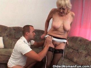 الجدة في جوارب يحصل على الوجه