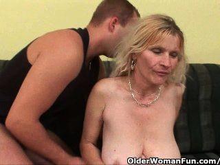 أمي القديمة مع كبير الثدي وشعر كس يحصل الوجه