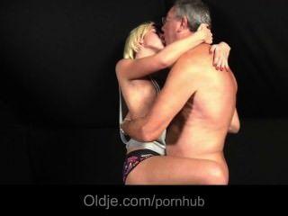 في سن المراهقة الشقراء ملقاة على جانب عشيقها الملاعين أولدمان لاحتياجات الجنس