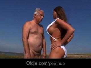 كبير الثدي الملاعين صغير جدا على أولدمان على الشاطئ