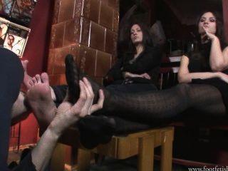 لاريسا وأماندا لعب مع footslave