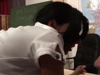 المعلم يحصل تعاونت المزدوج من قبل الطلاب