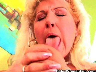 الجدة مشعر جدا مع شنقا كبير الثدي يعطي بوسها القديم علاج