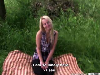 الكلبة وقف شقراء في سن المراهقة مارس الجنس في الهواء الطلق كاترينا