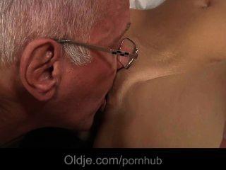 أولدمان اغراء ومارس الجنس من قبل فتاة وقحة صغير