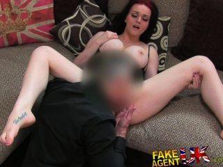 امرأة سمراء fakeagentuk مع مذهلة الثدي ينخدع الصب 2ND الأريكة اللعنة
