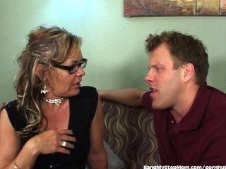 STEPMOM قرنية يستفيد من ابن زوجها