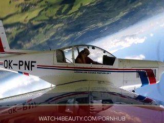 الثدي هوتي كبير استمناء على متن طائرة