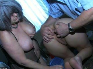 مثير فتاة اللعب مع رجل يبلغ من العمر وله من العمر الجدة السمين