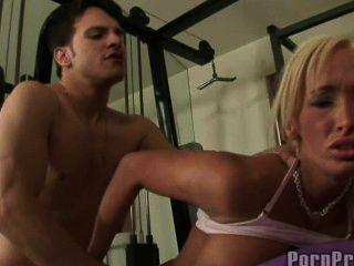 مارس الجنس lichelle ماري في صالة الألعاب الرياضية