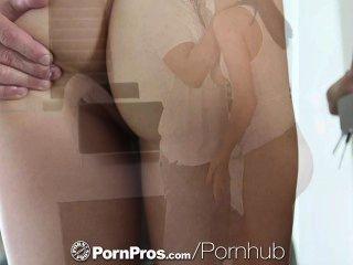 pornpros HD مفلس هولي مايكلز مارس الجنس على الأريكة لها