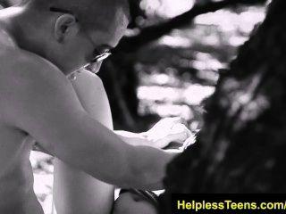 helplessteens.com صوفيا توريس اللسان deepthroat والجنس في الهواء الطلق الخام