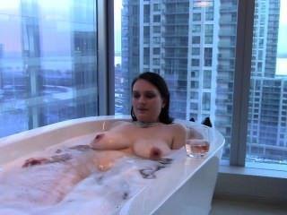 مثير الكبيرة زوجة حلمة الثدي امرأة سمراء يأخذ حمام وmouthfucks الديك