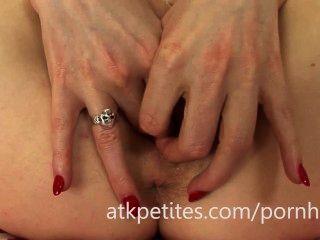 يستخدم سامانثا بنتلي هزاز وردي على بوسها الوردي