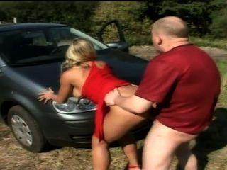 زوجين الألمانية أمام سيارتهم