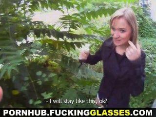 نظارات سخيف كتي شقراء خداع على ممارسة الجنس في الهواء الطلق