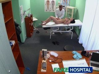fakehospital فاتنة الساخنة يريد طبيبها لامتصاص حلمته