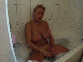 dildoing نفسي في حمام فقاعة حتى النشوة الجنسية في حين الصوبنة حتى بلدي الثدي