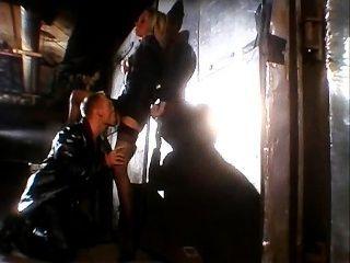 الملاعين شقراء في زنزانة