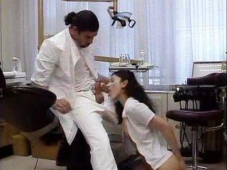 طبيب الأسنان يعامل مريضه