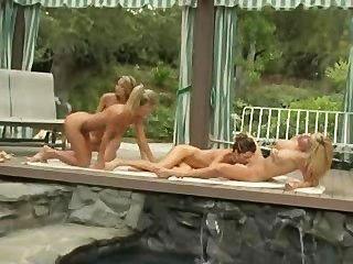رباعية مثليه على جانب حمام السباحة