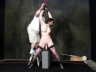 براندي ملزمة ومارس الجنس من قبل آلة