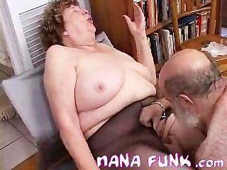 يمسح نانا الفانك كس وضربات الديك القديم