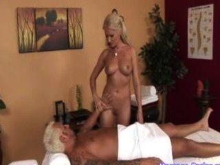 مدلكة الساخنة يأخذ حمولة من نائب الرئيس في فمها