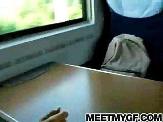 شقراء في سن المراهقة مارس الجنس على متن قطار العام