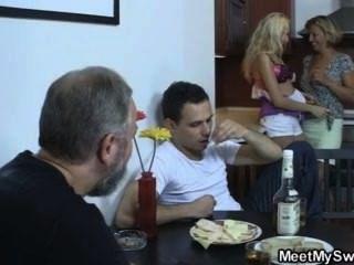 فتاة شقراء لها سخيف متعة مع امرأة ناضجة ورجل يبلغ من العمر