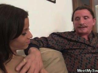 يجد الرجل له فرنك غيني سخيف مع والديه
