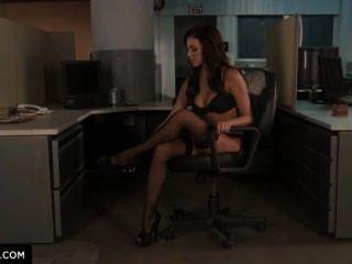 يظهر breanne بنسون لك كيفية الحصول على مارس الجنس في المكتب.