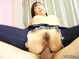 في سن المراهقة اليابانية مع ثقب في سروالها ينجز